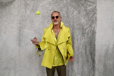 CIRCUS of FASHION Mode aus Berlin Kaska Hass AW 2014_15 Gala m gelbes Jacket Wogan Foto Ron Gerlach
