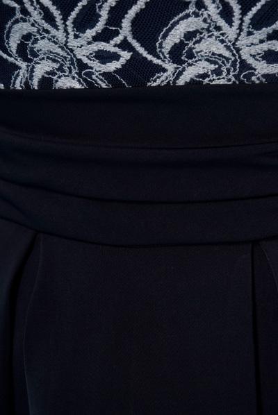 Schößchenbluse und Faltenrock mit gerafftem breiten Bund. Farbe: navy | Material: Spitze, Satin, Polyester/Elastan Mischung, Metallknöpfe Größen: S, M, L, XL, XXL Artikel-Nr: FH_hw14-3.1